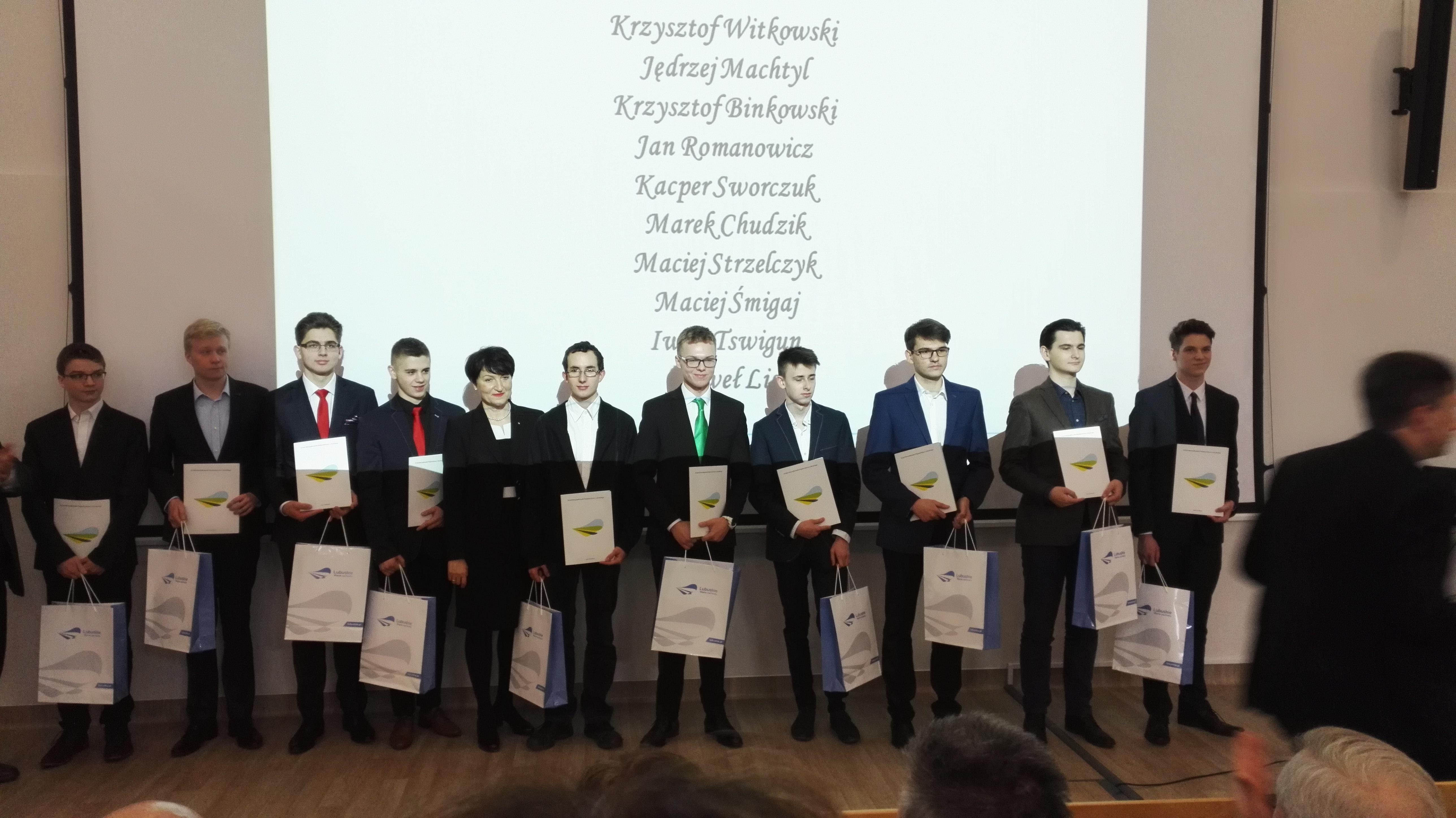 Krzysztof Binkowski i Jan Romanowicz z Zana stypendystami Marszałka Województwa Lubuskiego